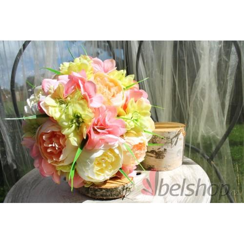 Okouzlující svatební kytice z pivoněk v meruňkovo-růžovém odstínu