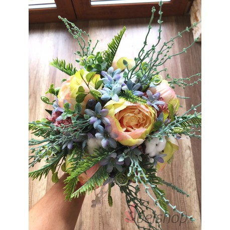 Zimní meruňkovo-modrá svatební kytice