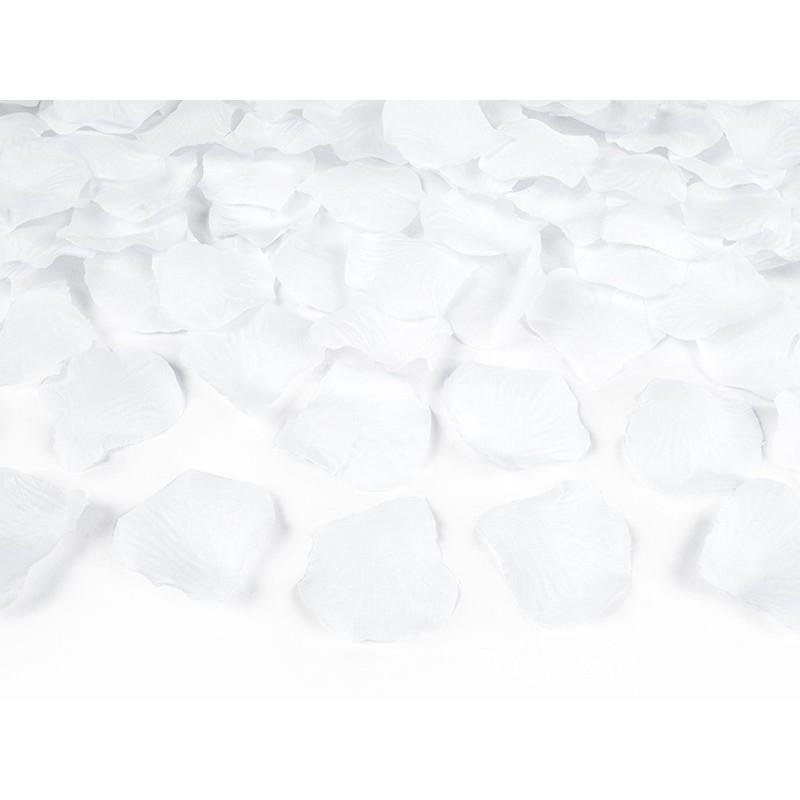 Bílé plátky růží
